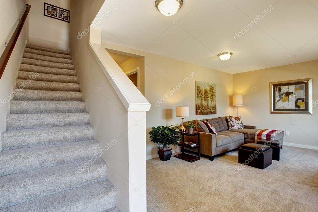 Sala de marfil con escalera moderno apartamento de dos for Escaleras en salas