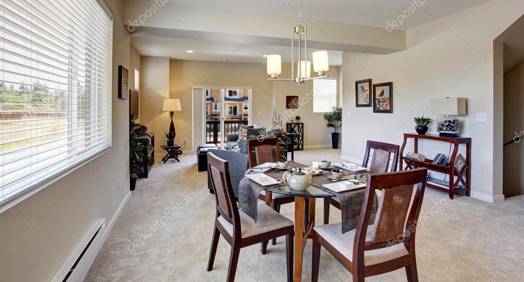 Mooie geserveerd eettafel in modern appartement u stockfoto