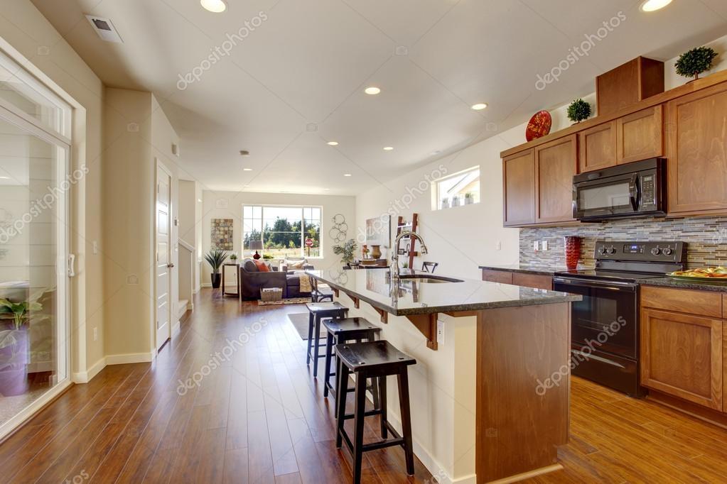 Interno di casa con open space sala cucina con isola for Piani di casa open space
