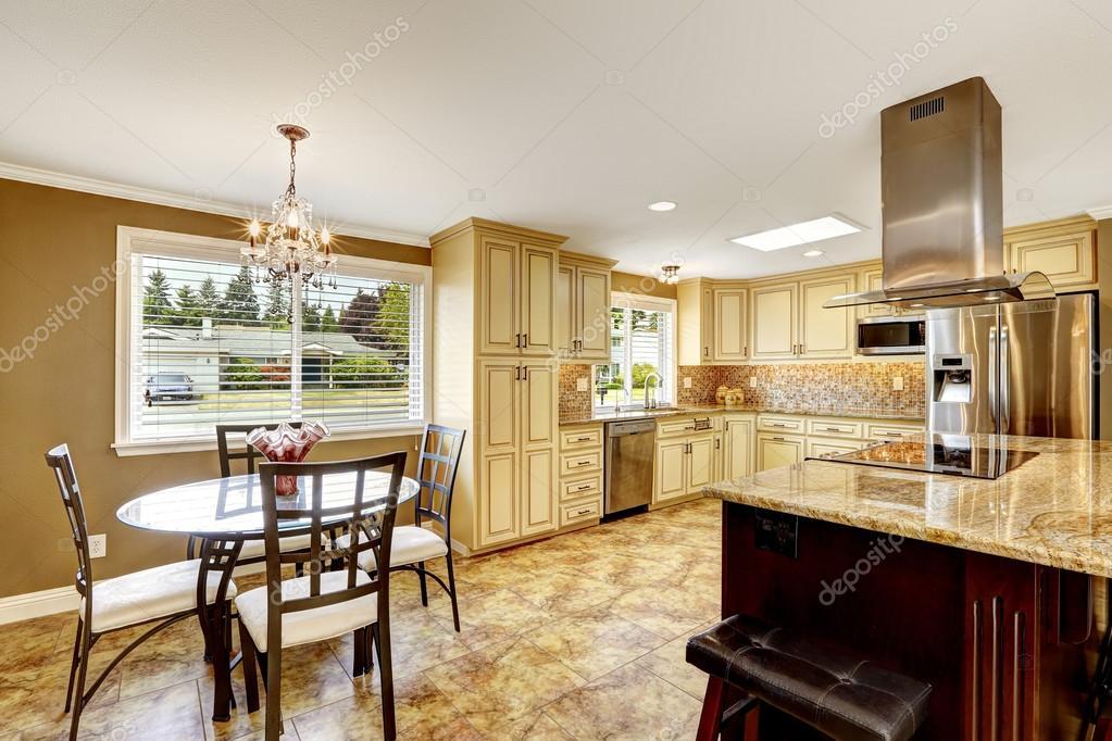 Interior de cocina con isla y mesa de comedor fotos de for Isla de cocina con mesa
