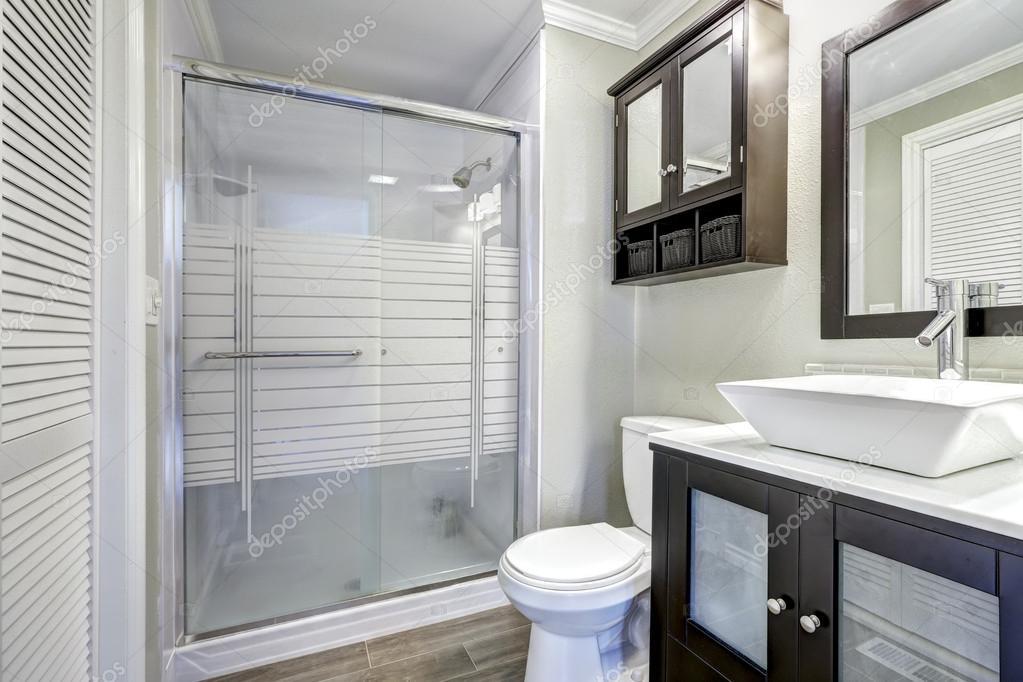 Moderne badkamer interieur met bruin kasten u stockfoto