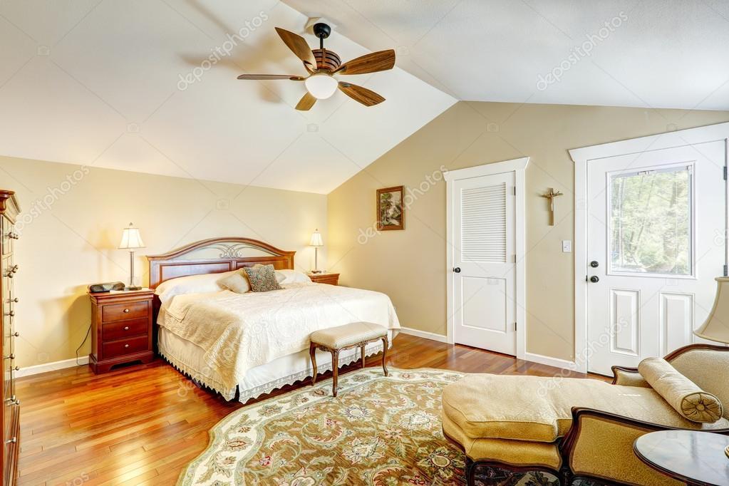 interior cálido dormitorio con mueble antiguo — Fotos de Stock ...
