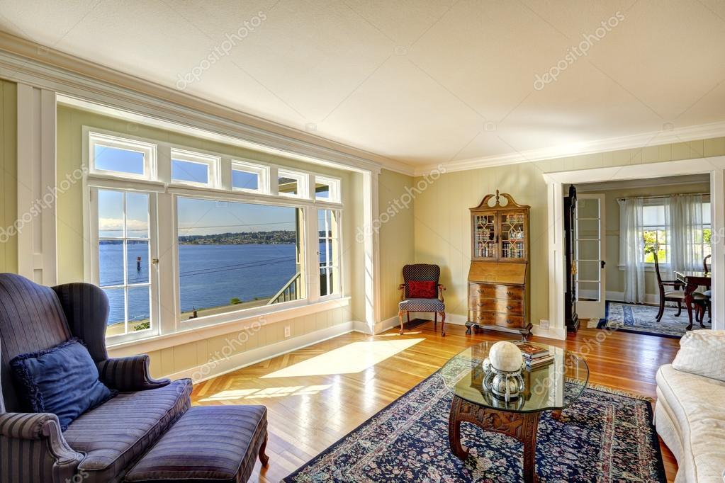 Elegante salotto con vista acqua e mobili antico reale for Salotto elegante