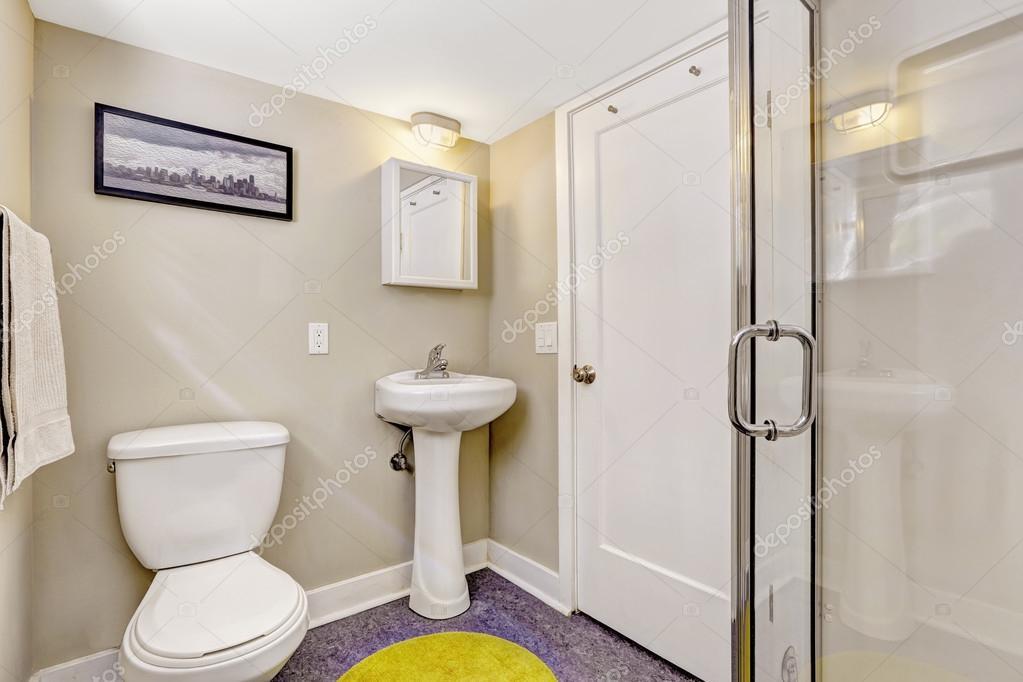 Einfache Badezimmer Interieur Mit Lila Boden Und Helle Beige Wände. Weißes  Waschbecken Stand Und WC U2014 Foto Von Iriana88w