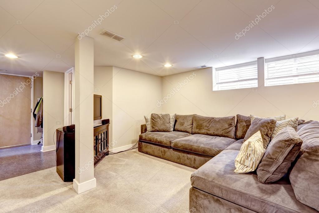 Bequemes Braunes Sofa Mit Kissen Stockfoto C Iriana88w 53471527