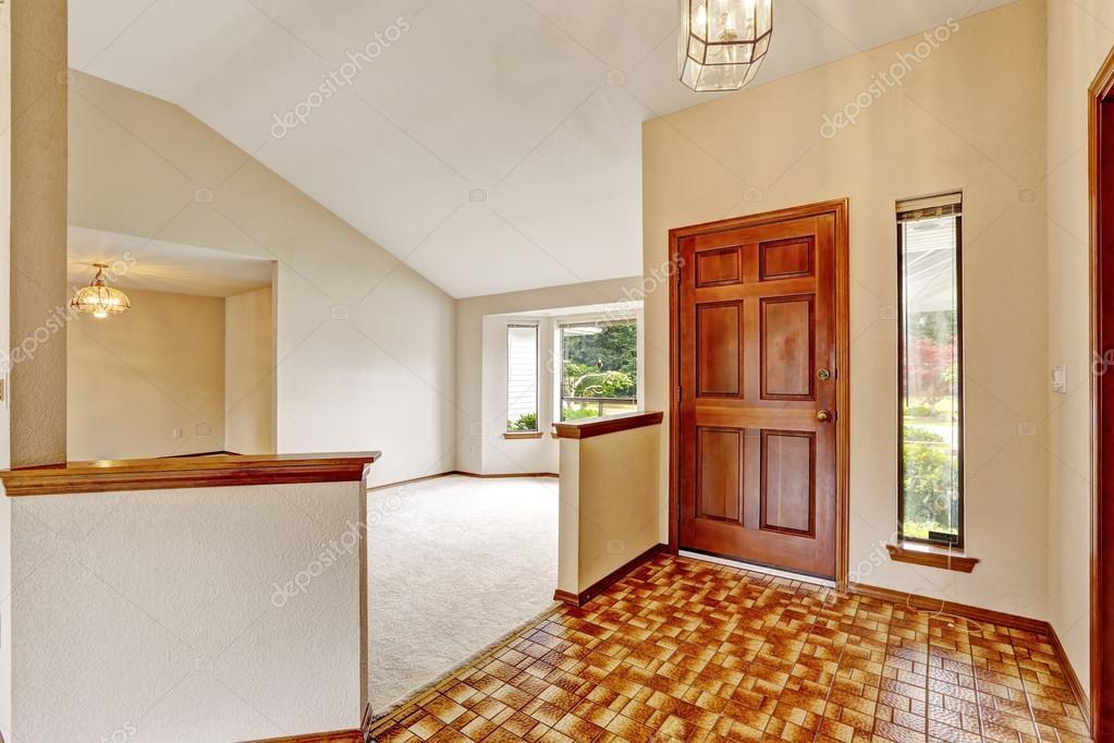 Leeg huis interieur met open vloer entree hal u stockfoto