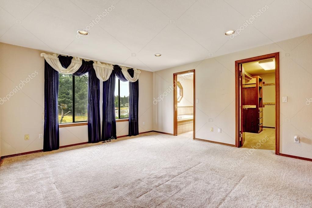 Cabina Armadio Con Tenda : Masther vuoto camera da letto con tende color porpora u foto stock