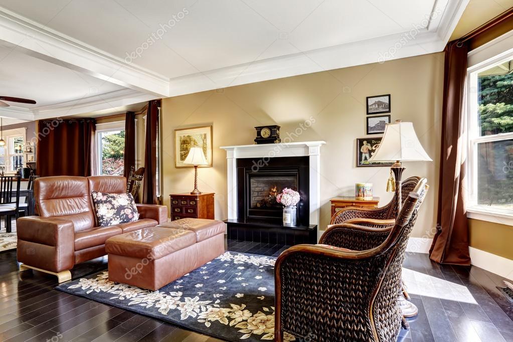 Interno di casa di lusso con divano in pelle e camino for Divano ottomano