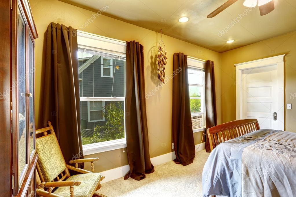 Dormitorio de tonos c lidos con cortinas marr n foto de for Cortinas amarillas