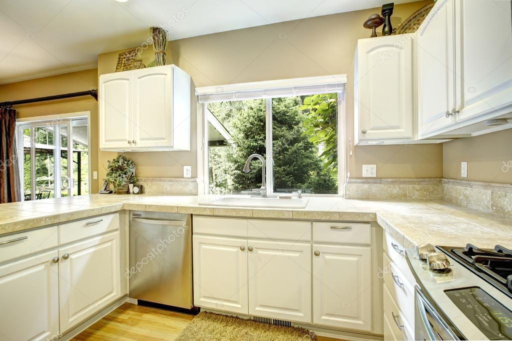 Biała Kuchnia Pokój Z Oknem Zdjęcie Stockowe Iriana88w