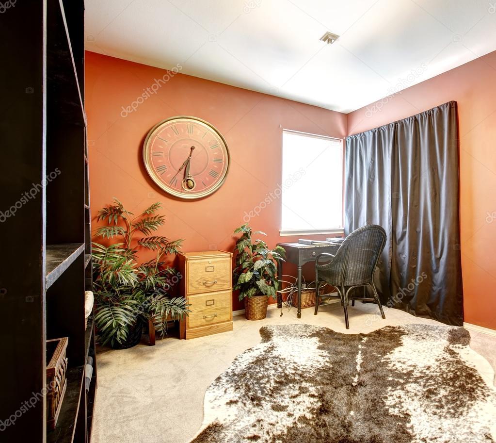 camera arancio brillante con tappeto pelle di mucca — Foto Stock ...