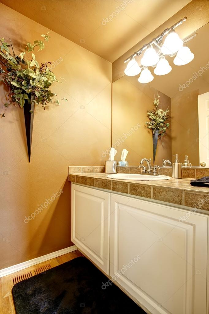 intérieur de la salle de bain orange avec blanc armoire ...