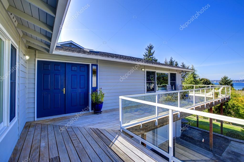 Tacoma onroerend goed huis met het omslag rond staking dek