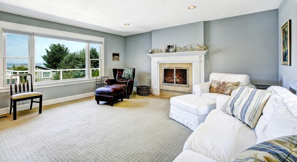 luce blu soggiorno con divano bianco e camino ? foto stock ... - Soggiorno Bianco E Blu