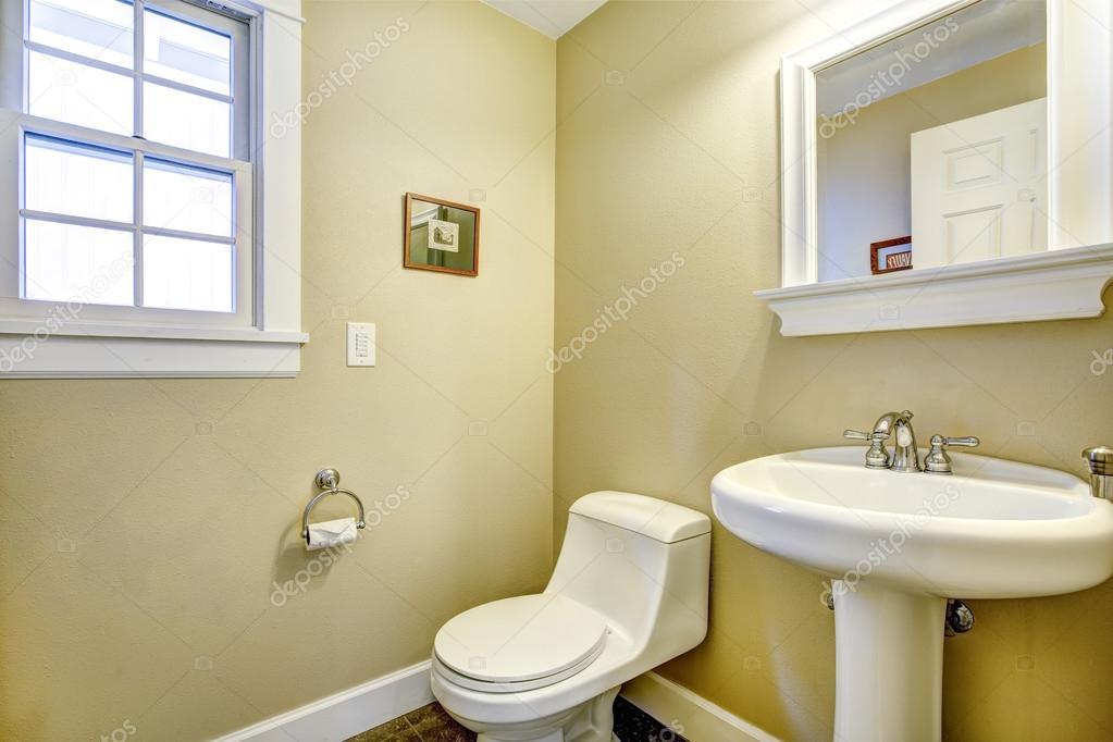 lichte gele badkamer met venster — Stockfoto © iriana88w #53559499