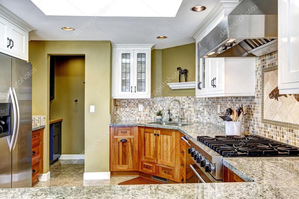 Modern huis interieur keuken kamer met glanzende graniet toppen en stockfoto iriana88w - Interieur modern huis ...