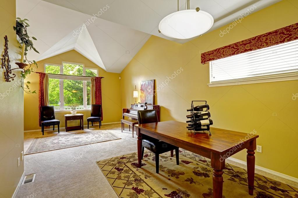Interno di casa con pareti gialli brillante e il soffitto for Piani di casa con soffitti a volta
