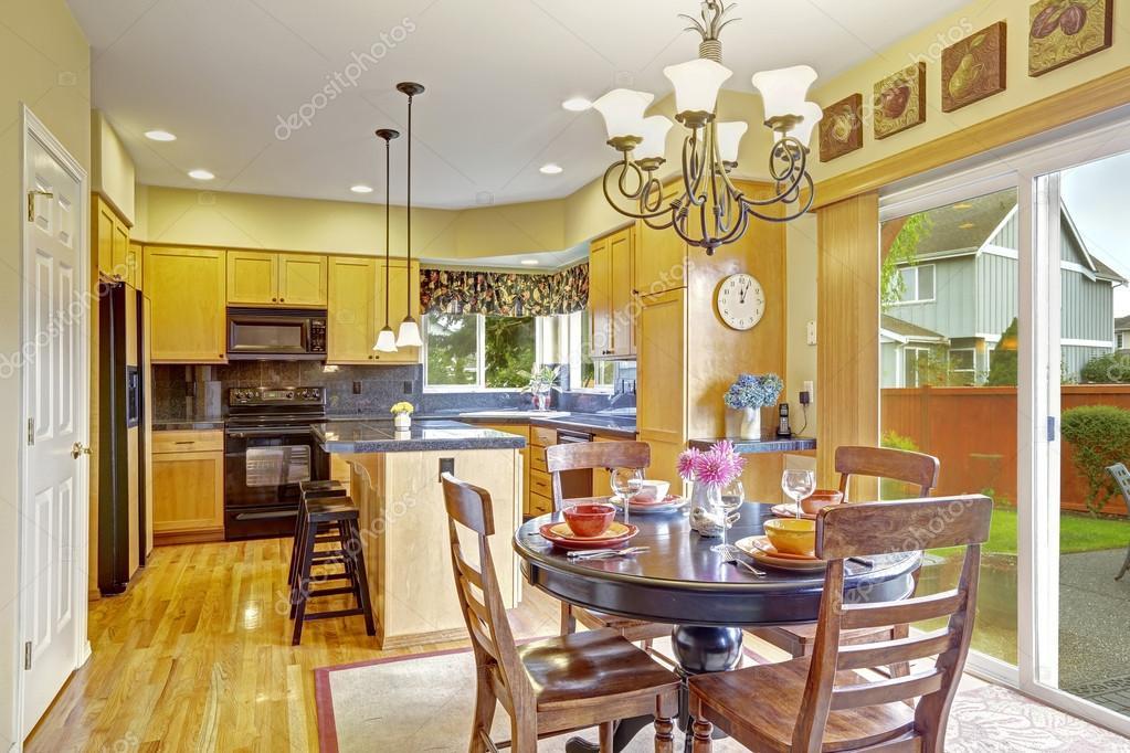 Keuken met eethoek en afslag naar achtertuin u stockfoto