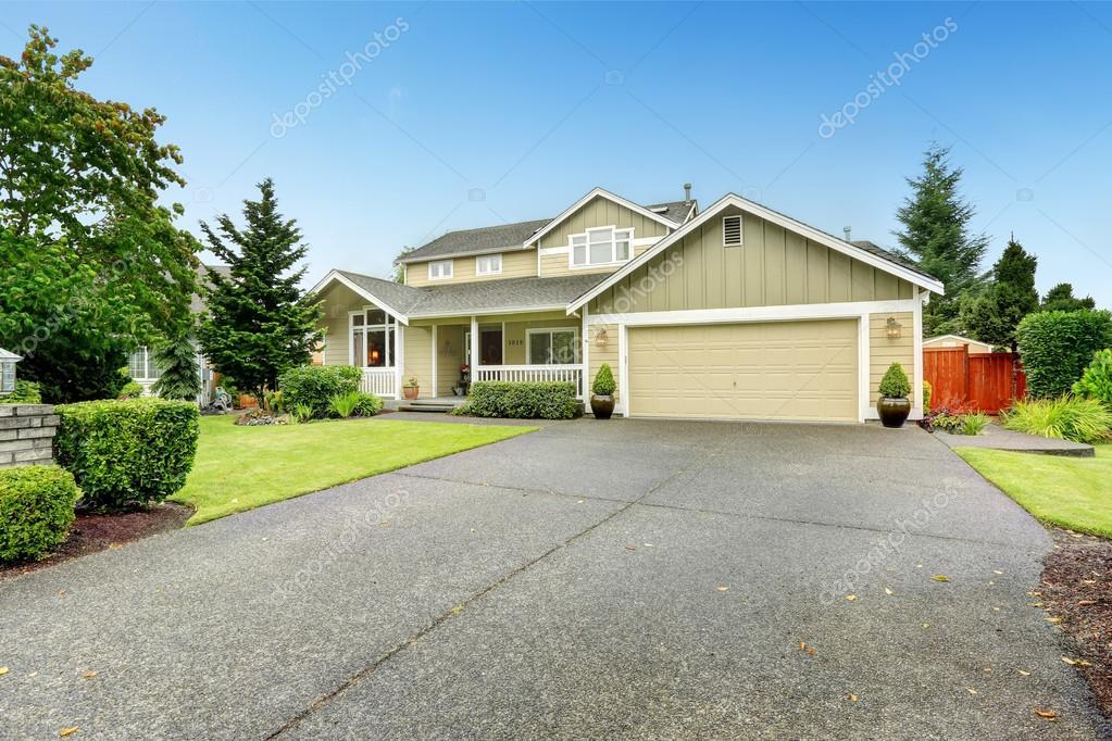 Esterno di casa con garage e vialetto foto stock for Casa con garage indipendente e breezeway