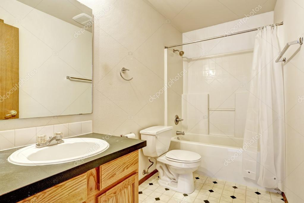 einfache Badezimmer Interieur mit Linoleum-Boden — Stockfoto ...