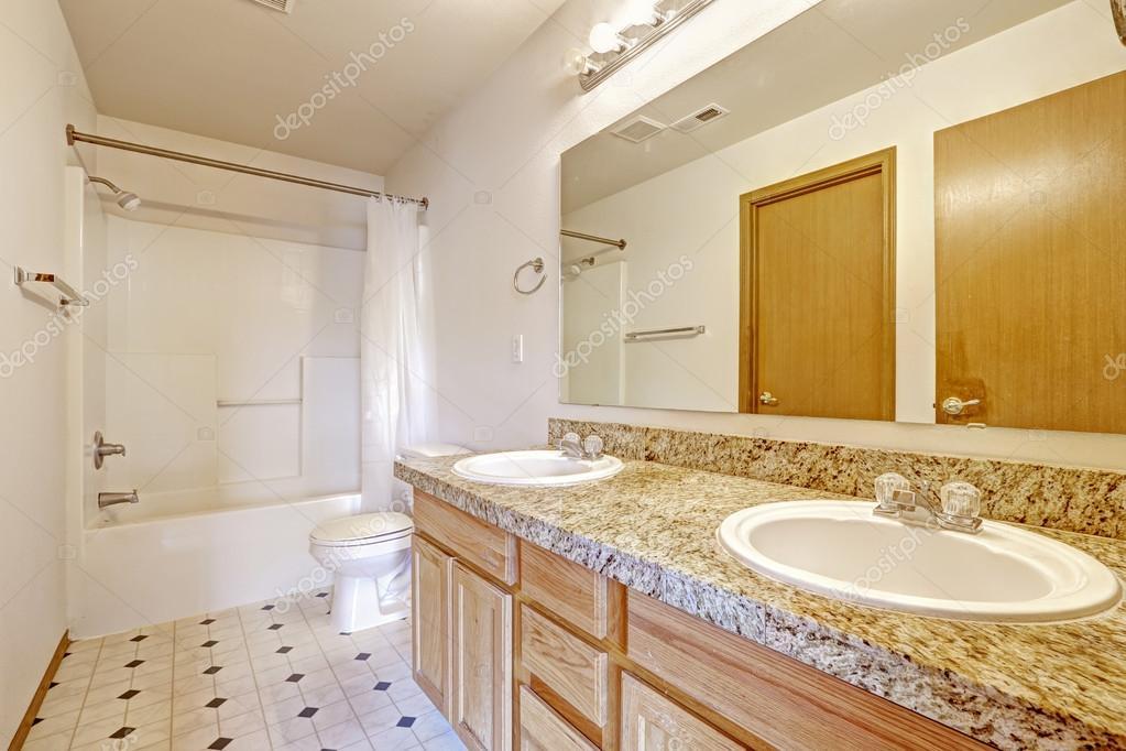 Badkamer Kast Spiegel : Badkamer kast met graniet boven twee wastafels en spiegel