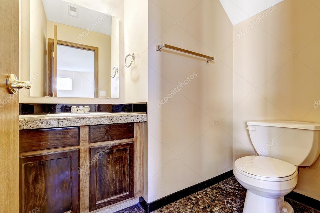 Bagno Legno E Mosaico : Vecchio bagno in legno mobile vanity con piano in granito u2014 foto