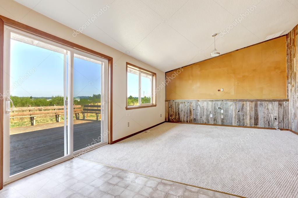 Pareti Gialle E Arancio : Interno di casa campagna vuota parete arancio con asse