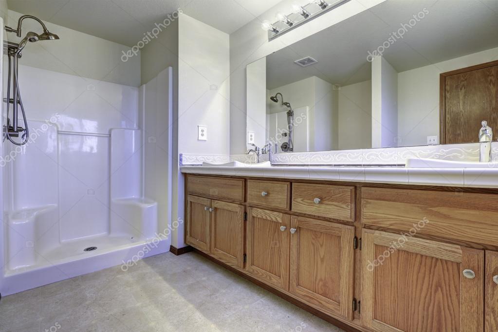 Bagno Con Doccia Aperta : Interno spazioso bagno con doccia aperta u2014 foto stock © iriana88w