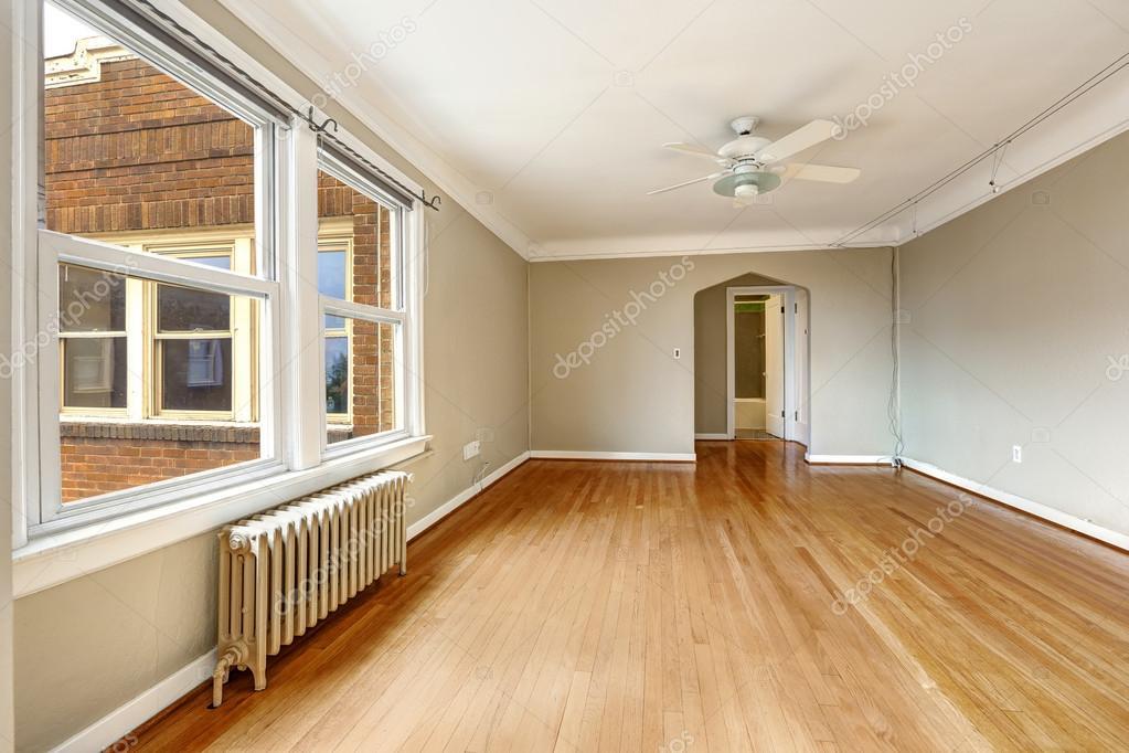 oude appartement interieur. lege woonkamer met radiator — Stockfoto ...