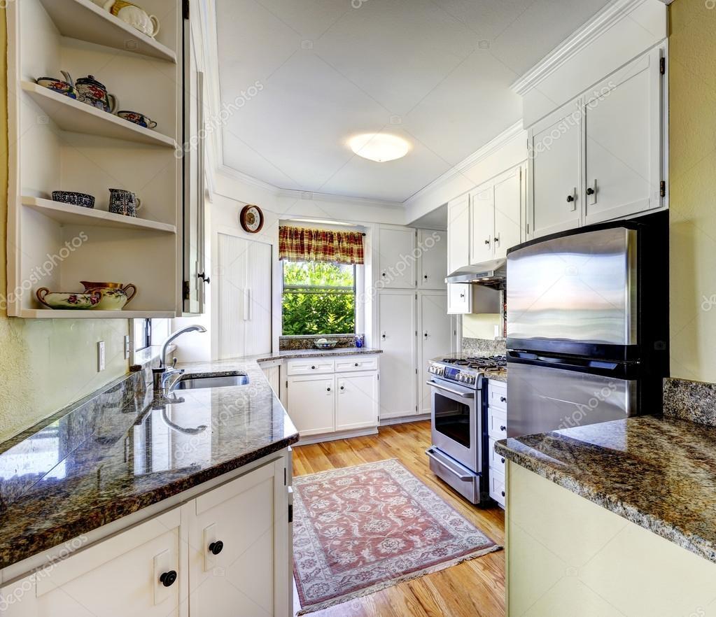 weiße Küchenschränke mit Granit-tops — Stockfoto © iriana88w #53623367
