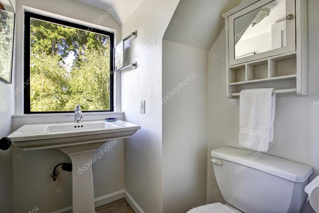 oude badkamer met venster — Stockfoto © iriana88w #53624043