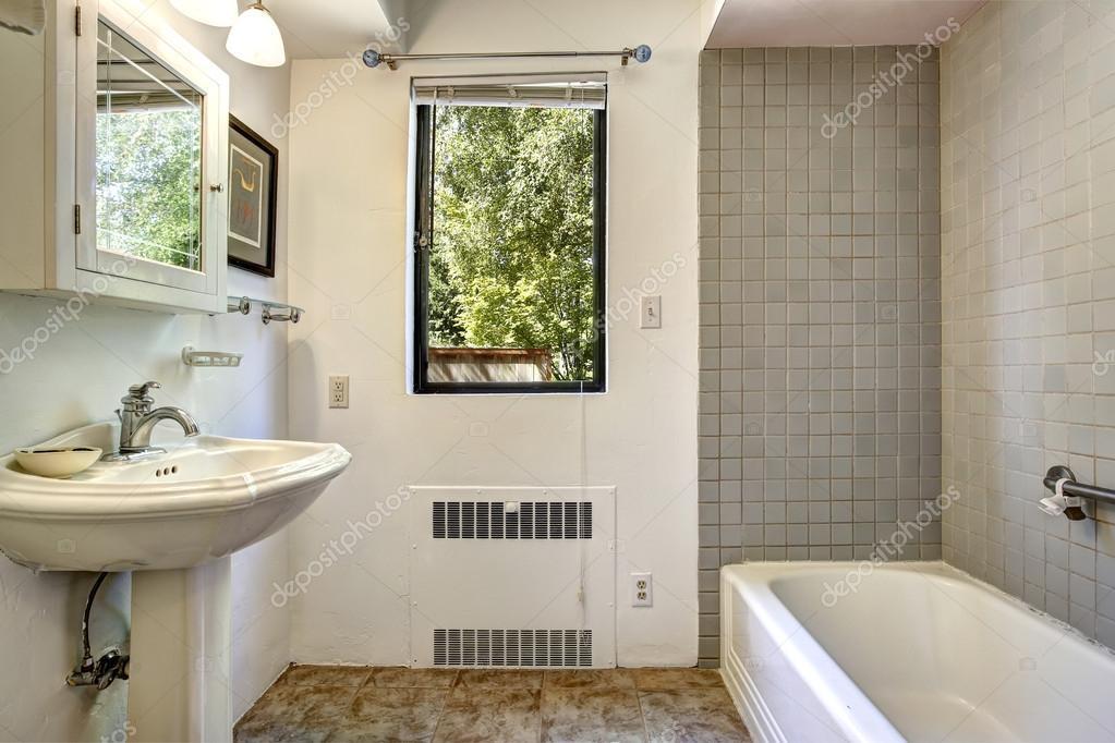 Bagno vecchio con grigio piastrelle parete trim foto - Piastrelle parete ...