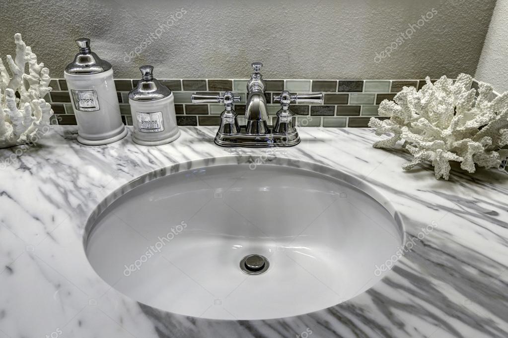 vanidad de bao mueble con encimera de granito blanco fregadero y decora u foto