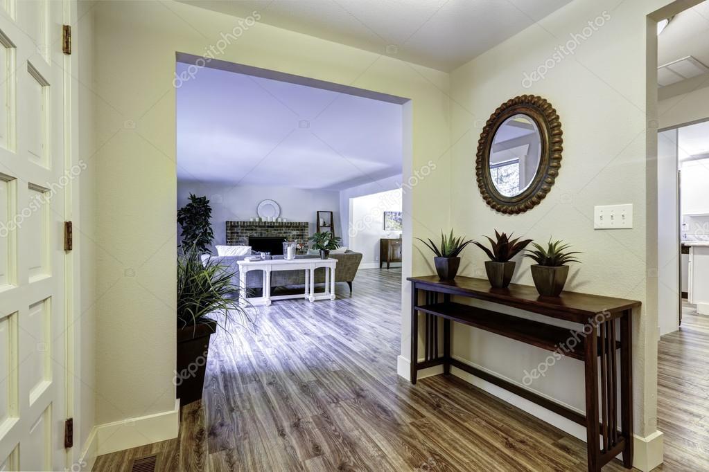 Corridoio d ingresso con tavolo e specchio u foto stock