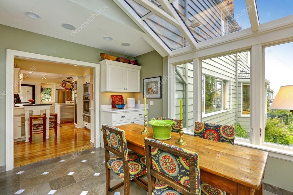 patio terraza acristalada con mesa de comedor conjunto — Fotos de ...