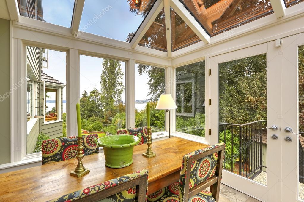 patio terraza acristalada con mesa de comedor conjunto — Foto de ...
