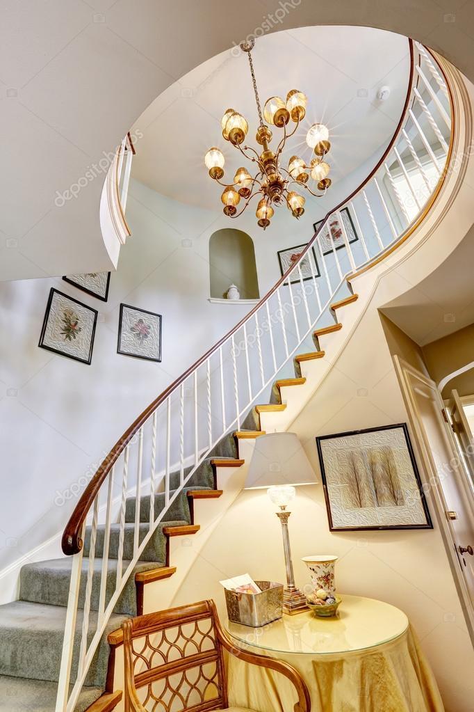 escalera de caracol en casa de lujo — Foto de stock © iriana88w ...