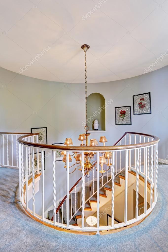 escalera de caracol en casa de lujo u fotos de stock