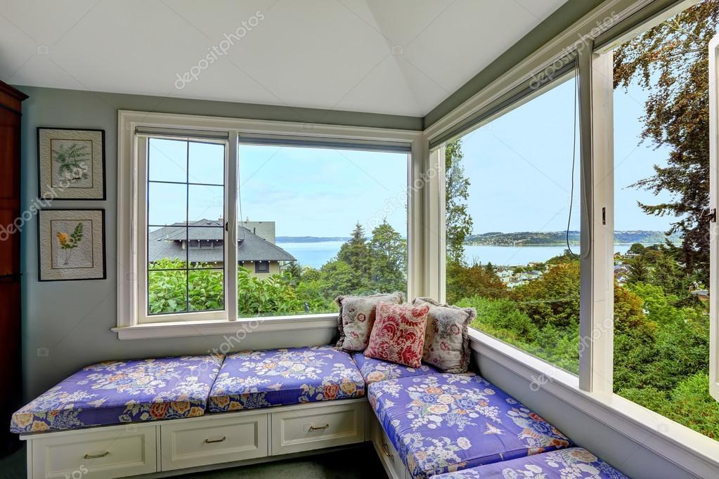 Slaapkamer Bank Maken : Gezellige zithoek in slaapkamer met uitzicht op de baai u2014 stockfoto