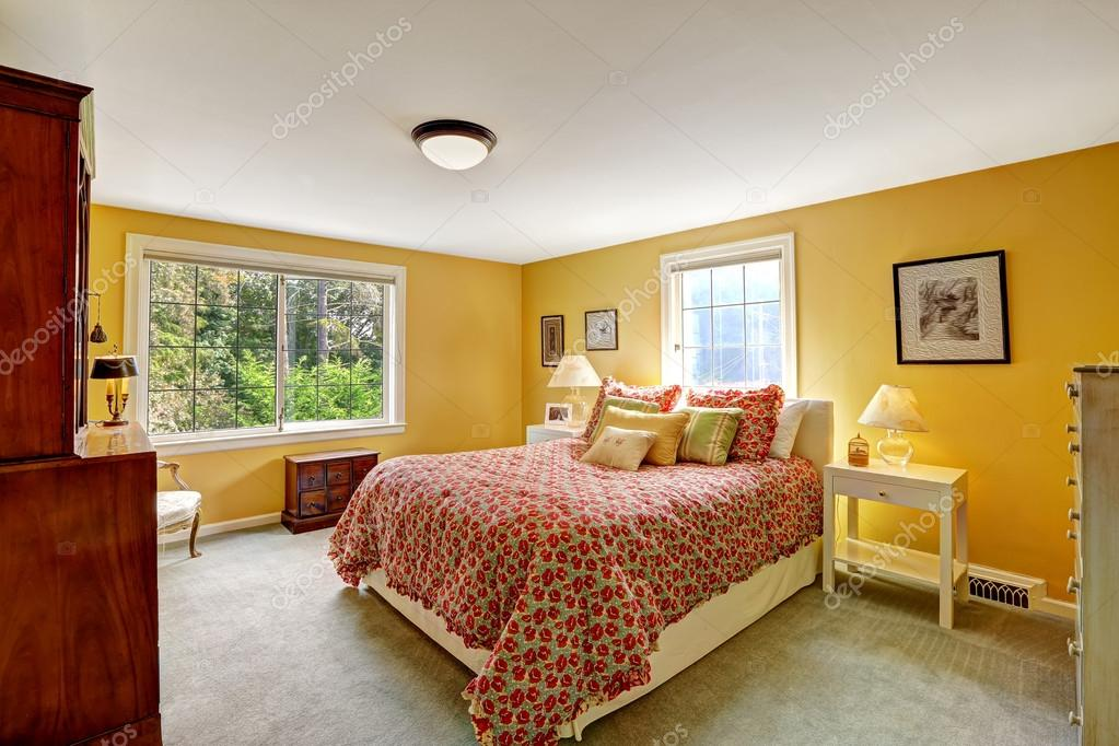 vrolijke slaapkamer interieur in felle gele kleur stockfoto