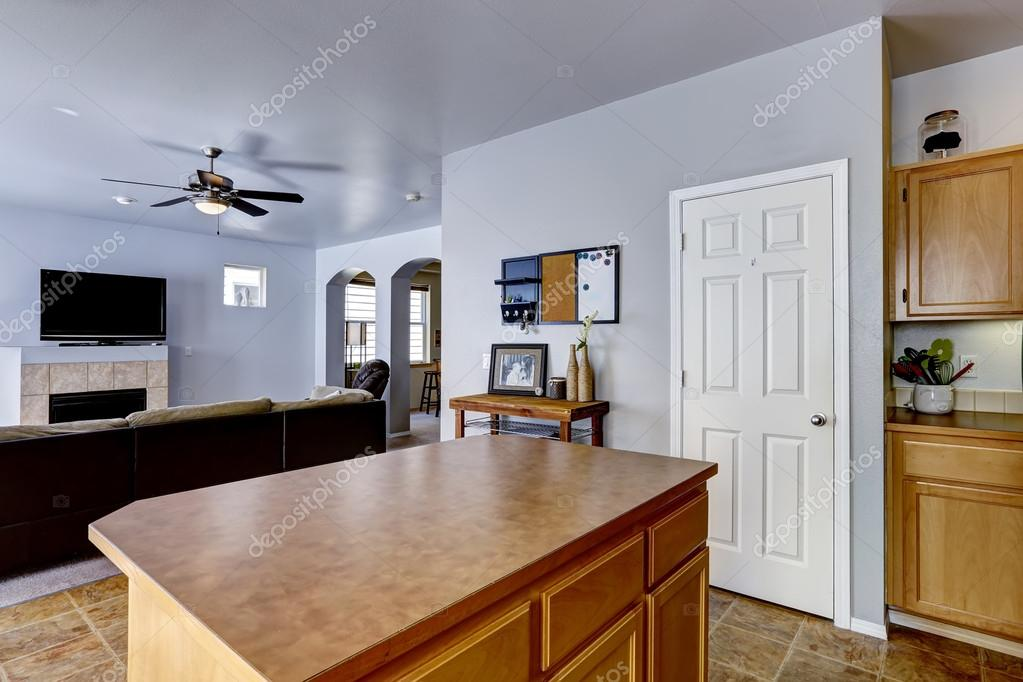 Kücheninsel mit braunen Counter top — Stockfoto © iriana88w #53997753