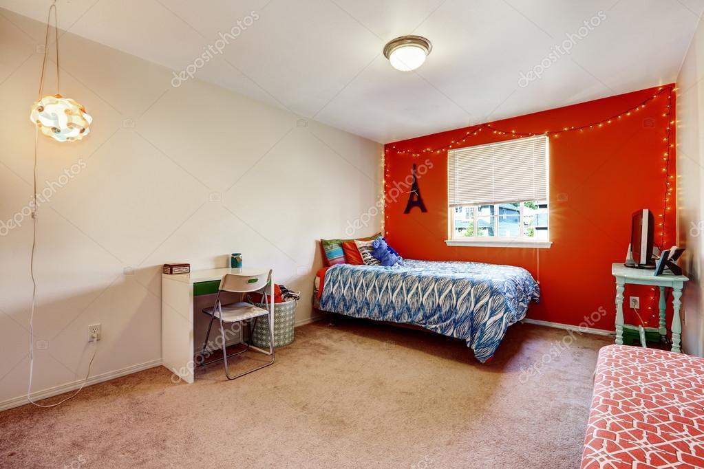 Pareti Camera Da Letto Rossa : Camera da letto con parete rosso brillante u foto stock