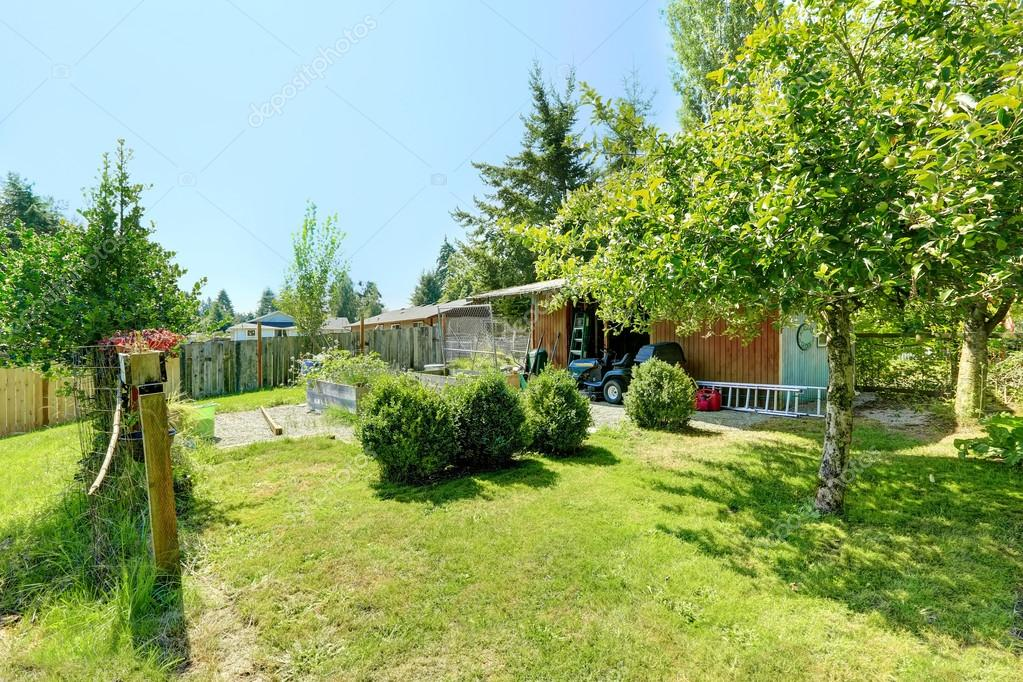 Cortile di casa di campagna con tettoia e giardino foto for Piani di casa di campagna con piano piano aperto