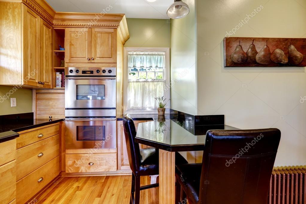 Keuken Kleine Kleur : Lichte kleuren keuken kamer met kleine eettafel en stoelen