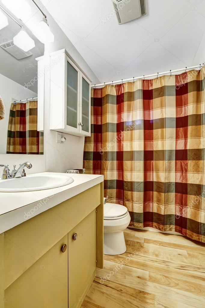 badkamer interieur met kleurrijke gordijn — Stockfoto © iriana88w ...