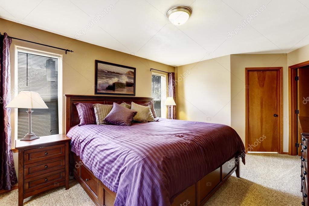 Luxe Paarse Slaapkamer : Luxe meubilair van de slaapkamer met heldere paarse beddengoed