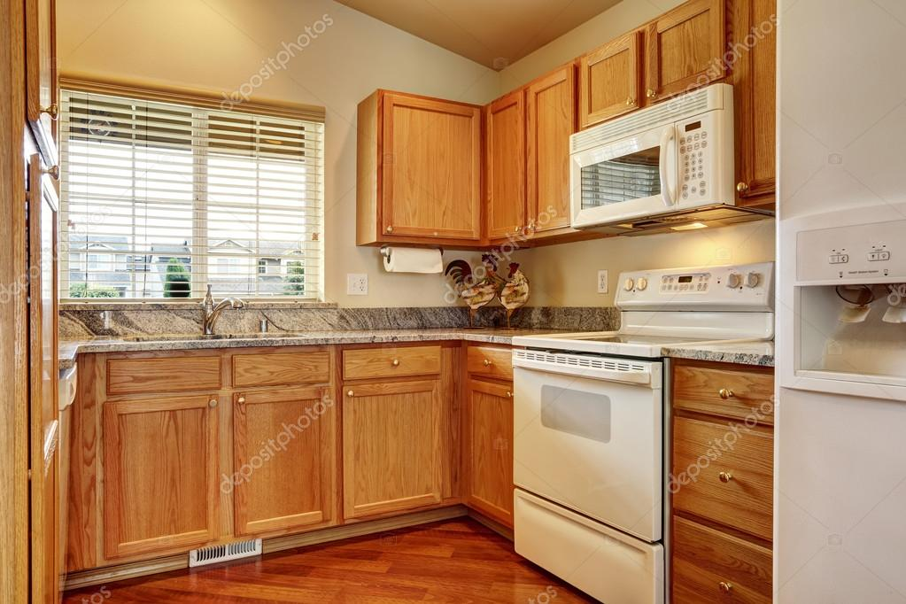 Keuken Witte Kleine : Kleine keuken met witte toestellen u2014 stockfoto © iriana88w #54237891