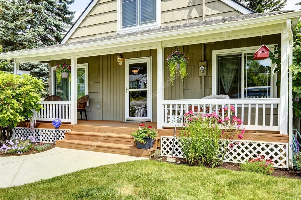 Maison Avec Porche D'Entrée Cosy — Photographie Iriana88W © #54251559