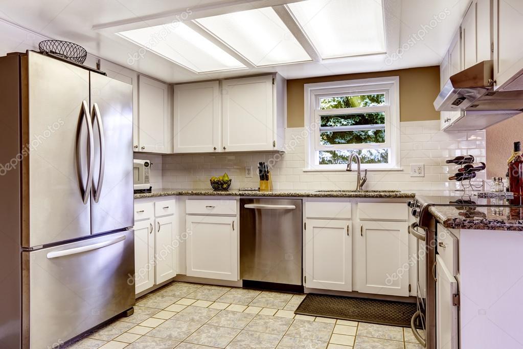 Schon Weiße Küche Zimmer Mit Slylight Und Kleinen Fenster. Weiße Schränke  Mischung Mit Stahl Appliances U2014 Foto Von Iriana88w