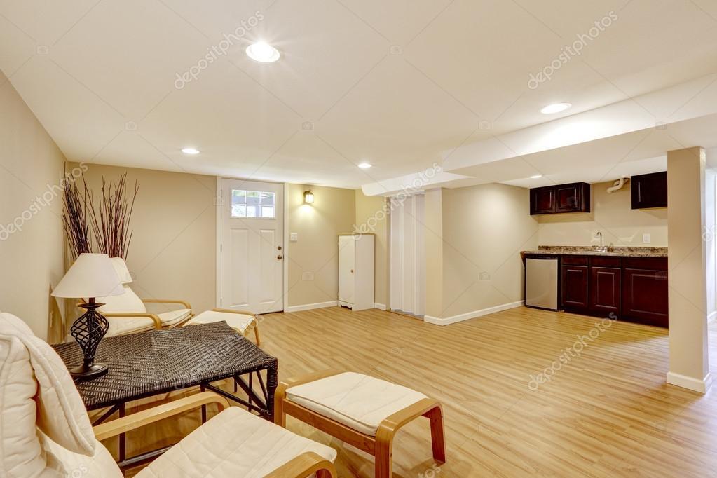 Apartamento suegra sótano. sala de estar y zona de cocina — Foto de ...